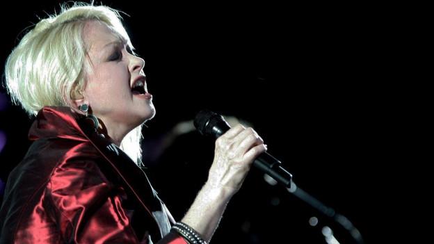 Cindy Lauper tar in concert.
