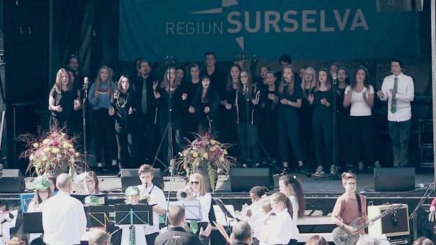 Scolaras e scolars da la scola media Glion durant il concert final