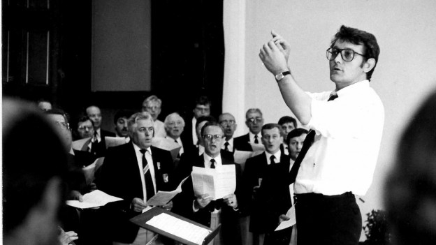 Marcus Zarn dirigia il chor viril Landquart 1982 durant la festa da chant a Basilea