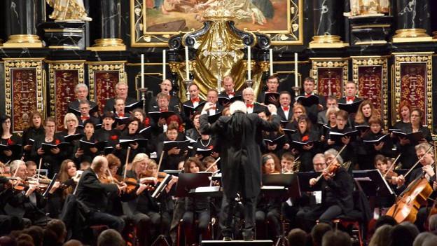 Gion Gieri Tuor ha dirigì chor ed orchester Opera viva