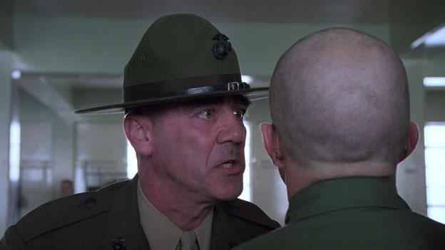 R. Lee Ermey en sia rolla sco instructur en il film «Full Metal Jacket ».