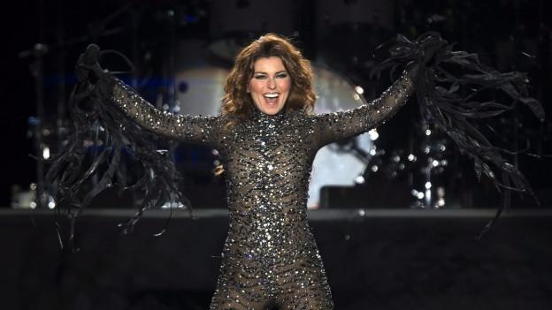 Shania Twain tar in concert.
