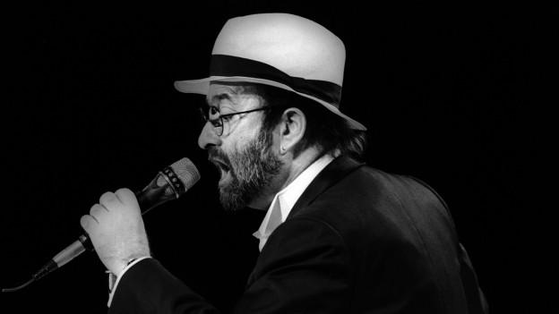 Lucio Dalla durant in concert