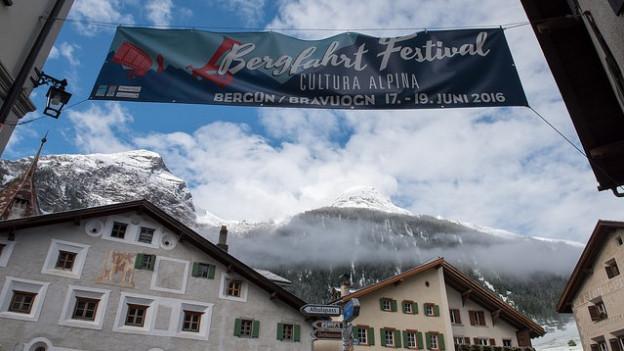 Banner dal Bergfahrt Festival a Bravuogn.
