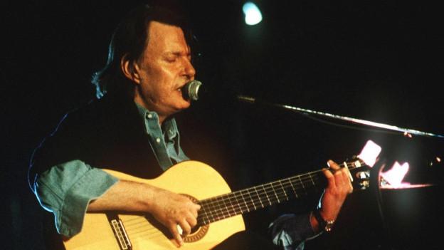 Fabrizio De André – il chantautur talian ch'è mort gia il 1999 da cancer.