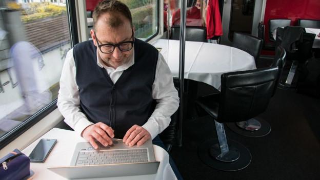 Peter Peyer chatta adina insatge da far en il tren.