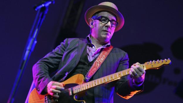 Elvis Costello durant in concert