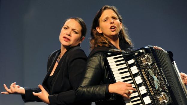 Olga Tucek (dretg) è ina da las artistas al festival Warmer Mai.