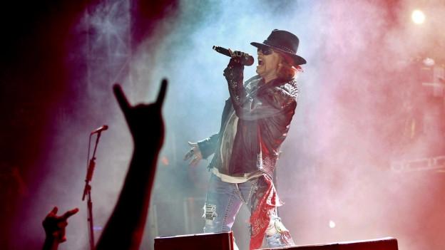 Guns N' Roses durant in concert