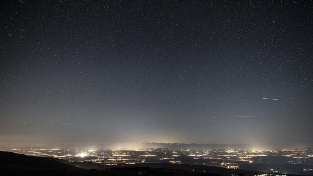 Vista nocturna sur il chantun Berna, cun bleras stailas ed anc dapli glischs.