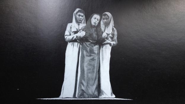 Fotografia en alv e nair da l'iscenaziun da l'Antigone des Sophokles da Bertolt Brecht il 1948 a Cuira