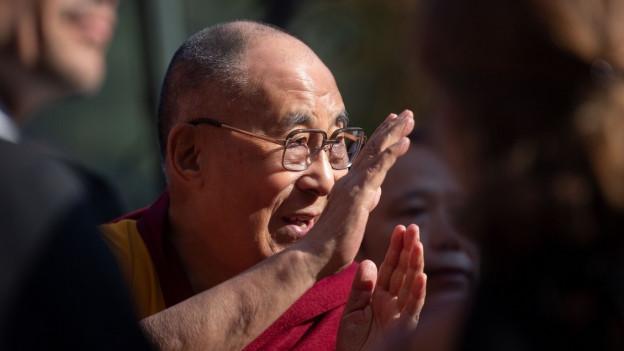 Tenzin Gyatso è il 14avel Dalai Lama dals budists tibetans
