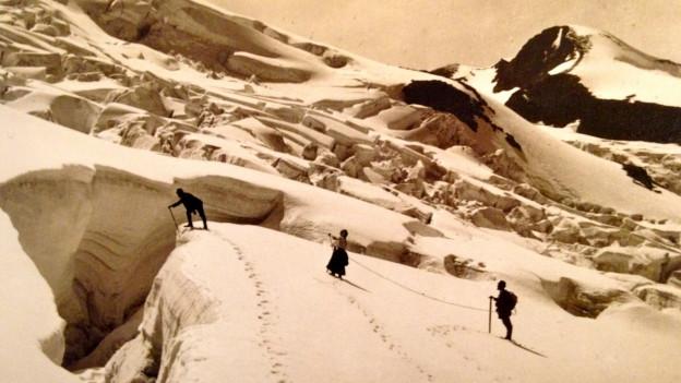 Fotografia alv e nair da trais alpinsts sin in glatscher, fotografà enturn il 1890