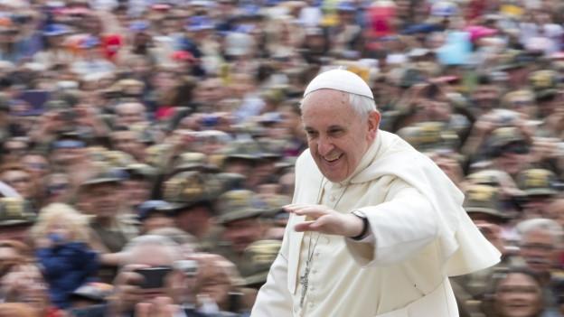 Papa Francestg arriva sin la plazza s. Pieder per in'audienza generala