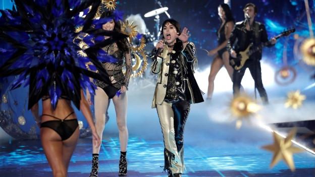Luke Spiller Chantadur da The Struts durant la Victorias Secret fashion show