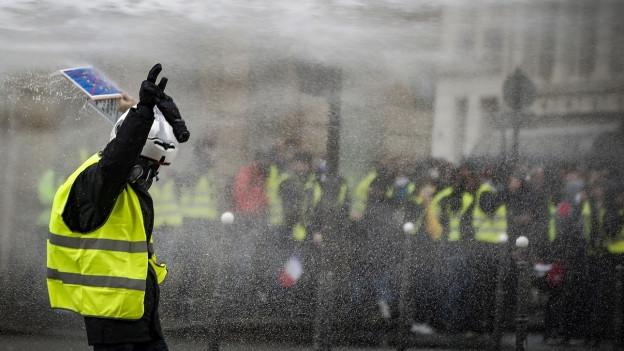 En Frantscha porta il protest la colur melna.