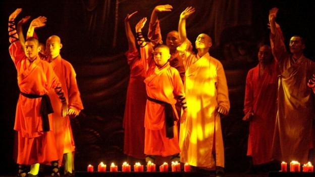 Paders da Shaolin tar ina presentaziun da lur arts da cumbat.