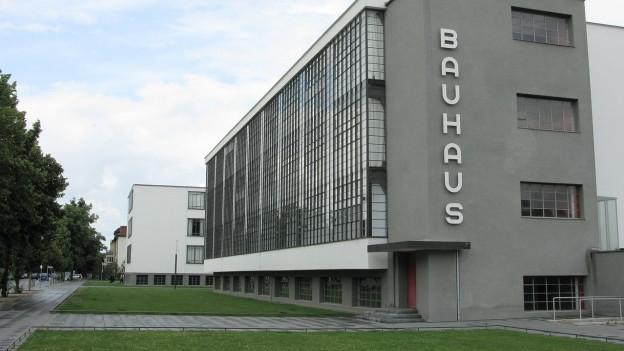 Anc oz èn las scolas «Bauhaus» popularas.