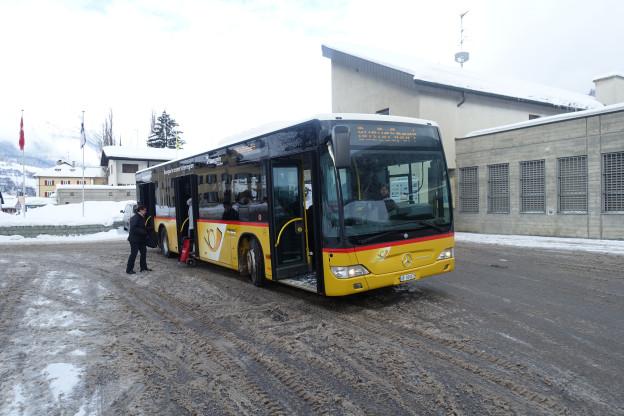 Dapi questa stagiun èsi scrit «Bus da sport» sin l'auto da posta che cursescha a Savognin.