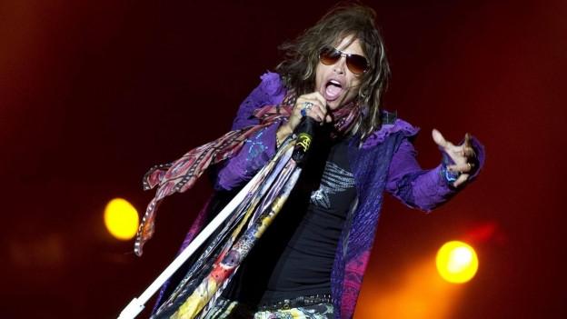 Chantadur da la gruppa Aerosmith Steven Tyler durant in concert