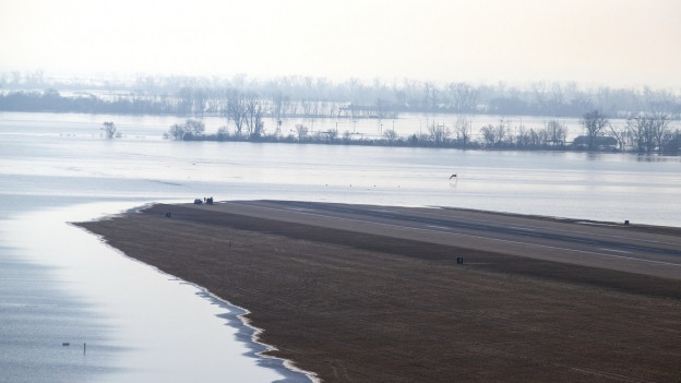 L'aua gronda dal Missouri River ha inundà ina part d'ina plazza aviatica a Nebraska.