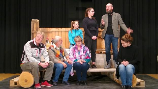 La gruppa da teater da Valendau durant in'emprova.