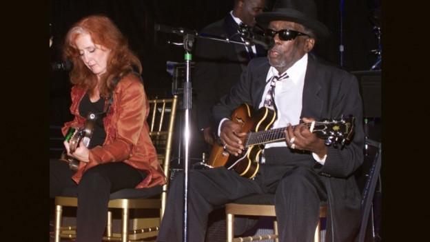 John Lee Hooker e Bonnie Raitt durant in concert