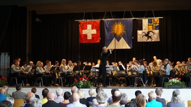 La musica da Herisau durant la preschentaziun.