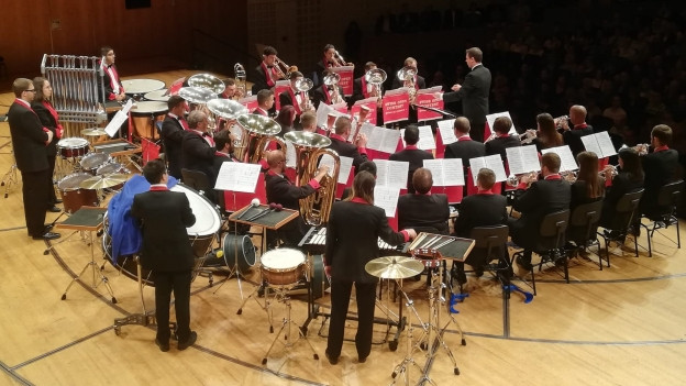 La Brass Band 13 Étoiles durant sia preschentaziun en il KKL.