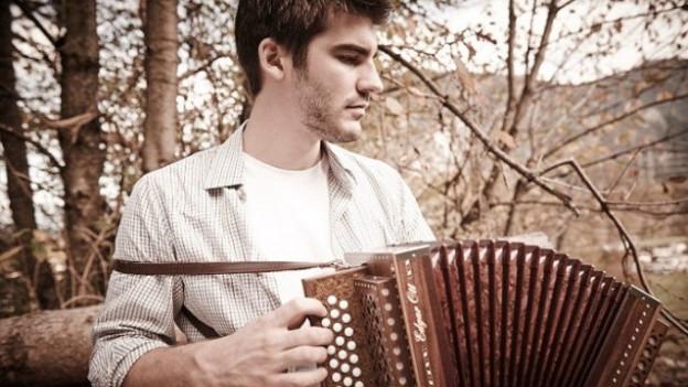 Il solist Robin Mark cun ses orgelin da Sviz