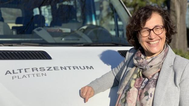 Gisela Kessler-Berther avant il bus dal center d'attempads