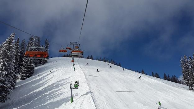 Ina sutgera e sut la pista da skis