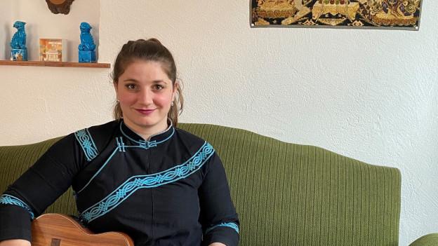Lisa Dermont avant ina nischa cun cornas da chamutsch