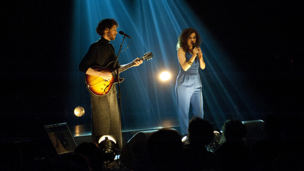 Ils dus interprets Marnix Dorrestein e Nora Fischer.