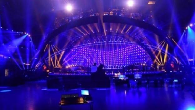 Ina tribuna da concert cun glischs blauas
