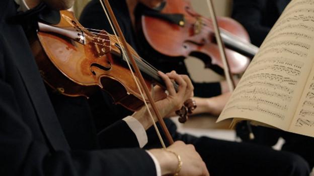 Musicists che sunan violinas.