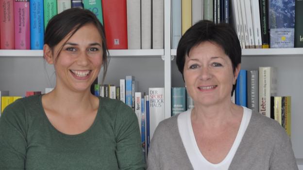 Silvana Derungs ed Anna-Alice Dazzi avant in regal cun cudeschs.