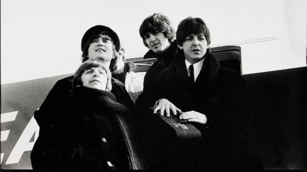 Ils Beatles durant bandunar in aviun.