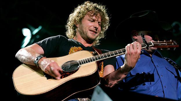 Dierks Bentley ist mit seinem Hit «Free and Easy (Down the Road I Go) aus dem Jahr 2007 zu hören.