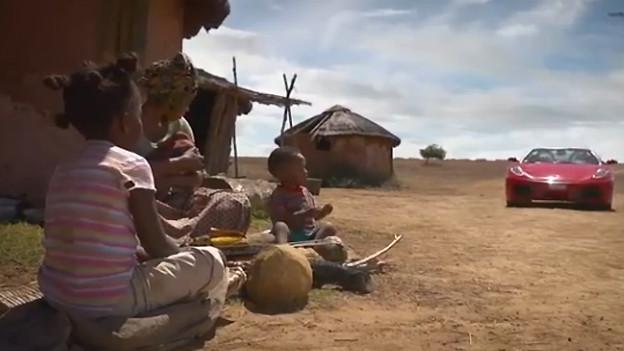 Im Video-Clip von Solidar Suisse fährt ein Ferrari in ein afrikanisches Dorf ein und nimmt der armen Bevölkerung die letzten Nahrungsmittel weg.