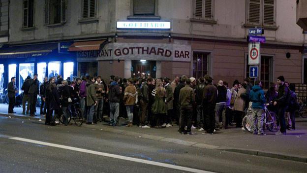Jugendliche vor der Bar «Gotthard» in Zürich.