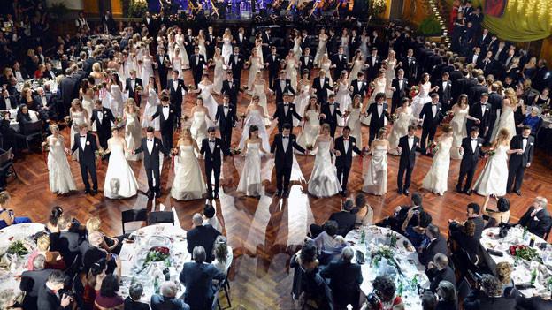 Debütantenpaare tanzen bei der Eröffnung des Kaiserballs im Zürcher Kongresshaus, Dezember 2012.