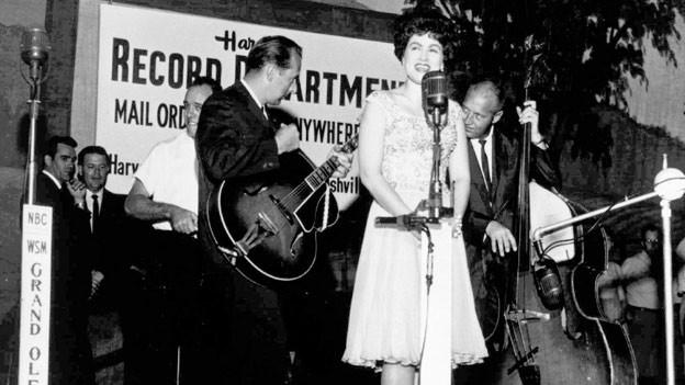 Patsy Cline singt in Nashville's Grand Old Opry (undatiertes Foto).