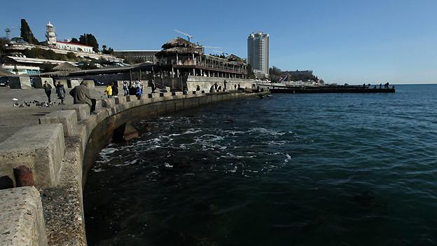Die russische Stadt Sotschi am Schwarzen Meer liegt auf dem gleichen Breitengrad wie Nizza. Entsprechend subtropisch ist das Klima: Der Sommer ist lang und heisst, der Herbst warm und der Winter mild.