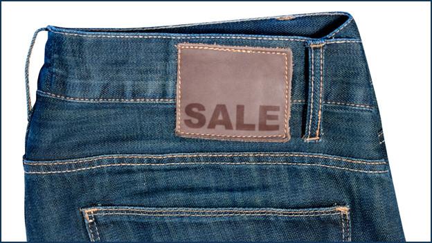 In Neuchâtel könnte auf diesem Paar Jeans in Zukunft beim Ausverkauf «Les soldes» stehen.