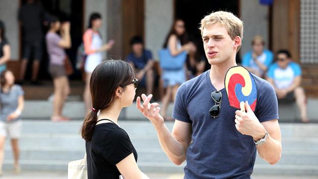 Raphael Kunz auf einer Studienreise nach Jeonju, einer Provinzstadt ausserhalb Seouls, mit einem traditionellen koreanischen Fächer in der Hand.