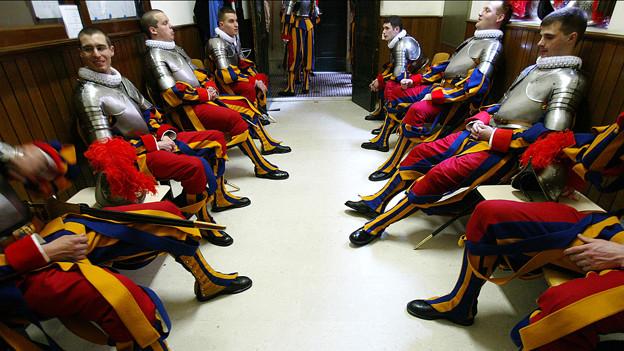 Der Einsatz im Dienst des Papstes macht Hunger: Schweizer Gardisten im Mannschaftsquartier.