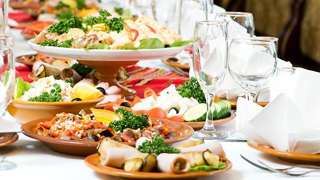 Was das Gourmandherz begehrt: Eine reiche Auswahl an in- und ausländischen Speisen.