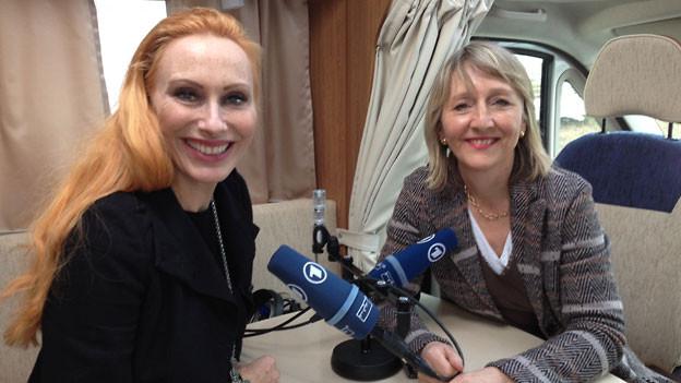 Andrea Sawatzki (r.) mit Luzia Stettler – im mobilen Sendewagen an der Buchmesse Leipzig.