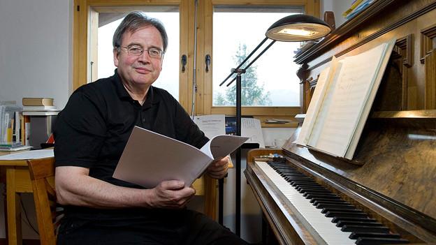 Der Komponist Jean-Luc Darbellay im Musikzimmer seines Chalets in Verbier.